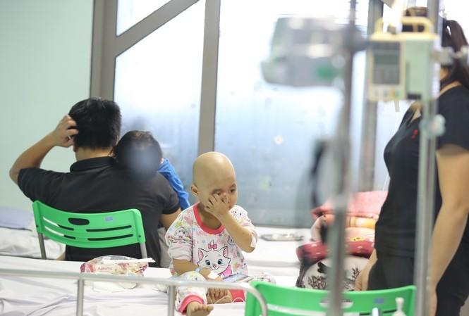 Bệnh nhi bị cúm A nằm phòng cách ly Bệnh viện Nhi T.Ư ngày 19/12. Ảnh: Như Ý