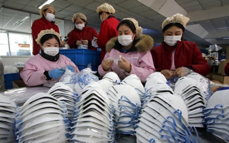 Nhiều nhà máy sản xuất khẩu trang tại Trung Quốc đang nỗ lực tăng ca để đảm bảo nguồn cung gia tăng trong bối cảnh dịch corona ngày càng diễn biến phức tạp. (Ảnh: Theguardian)