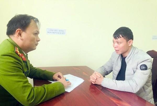 Cảnh sát ghi lời khai Lý Văn Quang. Ảnh: Công an cung cấp.