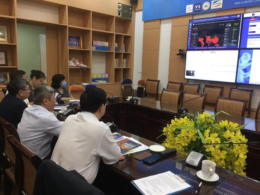 Thứ trưởng Bộ Y tế Nguyễn Trường Sơn, Cục trưởng Cục Khám chữa bệnh Lương Ngọc Khuê và GS.TS Nguyễn Gia Bình -chuyên gia hàng đầu về hồi sức tích cực cùng hội chẩn với các bác sĩ Bệnh viện Bệnh nhiệt đới Trung ương về điều trị cho hai bệnh nhân nặng, thở