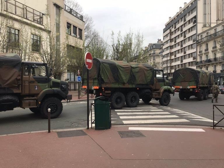 Xe quân đội đã có mặt trên đường phố Paris, Pháp, ngày 17/3. Ảnh: Diệu Linh.