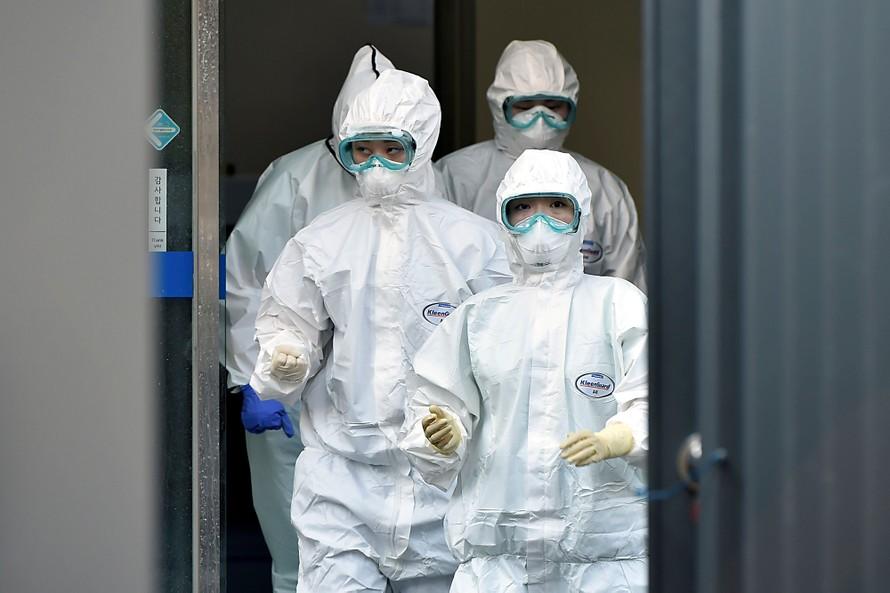 Nhân viên y tế đến làm nhiệm vụ tại bệnh viện Dongsan ở Daegu. (Ảnh: CNN)