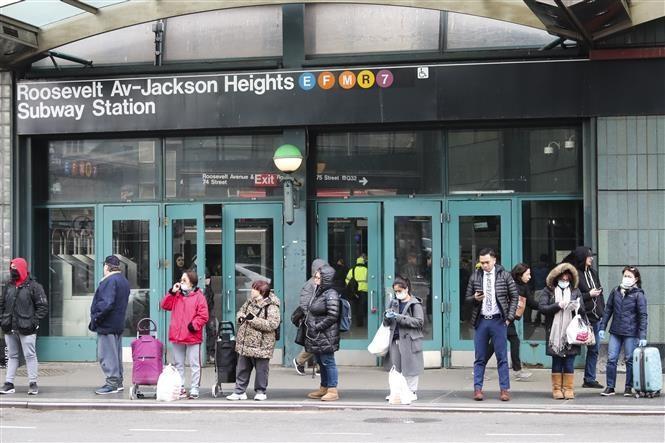 Người dân đợi xe buýt bên ngoài một ga tàu điện ngầm ở New York, Mỹ trong bối cảnh dịch COVID-19 lan rộng. (Ảnh: THX/TTXVN)