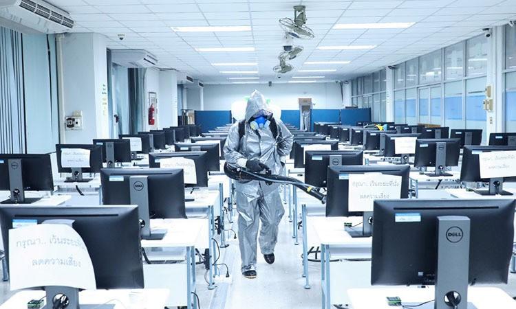 Binh sĩ Thái Lan khử trùng một văn phòng ở Bangkok hôm nay nhằm ngăn nCoV lây lan. Ảnh: AFP.