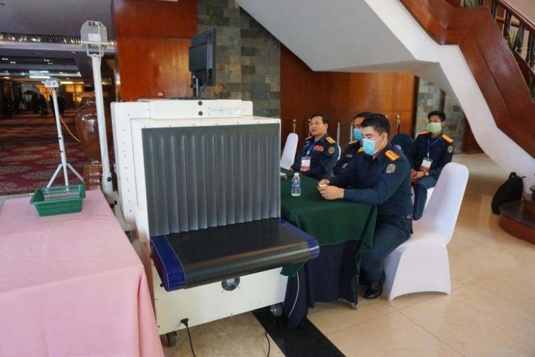 Các nhân viên an ninh tại Hội nghị Thượng đỉnh về phòng chống COVID-19 được tổ chức tại Viêng Chăn, Lào. (Ảnh: AFP)