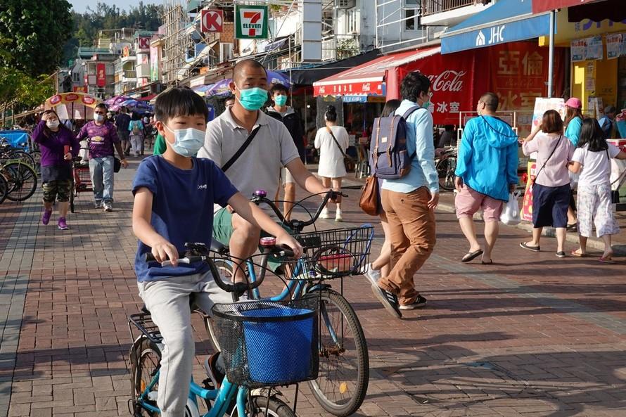 Đường phố Hồng Kông vẫn đông nghịt người bất chấp lệnh cách ly xã hội. (Ảnh: Reuters)