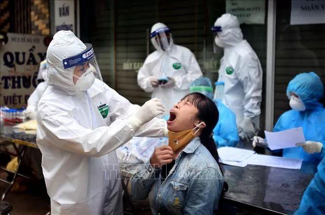 Cơ quan chuyên môn lấy mẫu xét nghiệm cho người dân tại Hạ Lôi. Ảnh TTXVN.