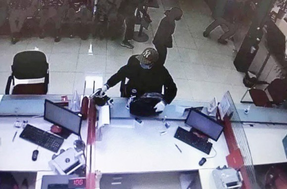 Hình ảnh tên cướp nổ súng cướp ngân hàng tại Sóc Sơn. (Ảnh: Camera)