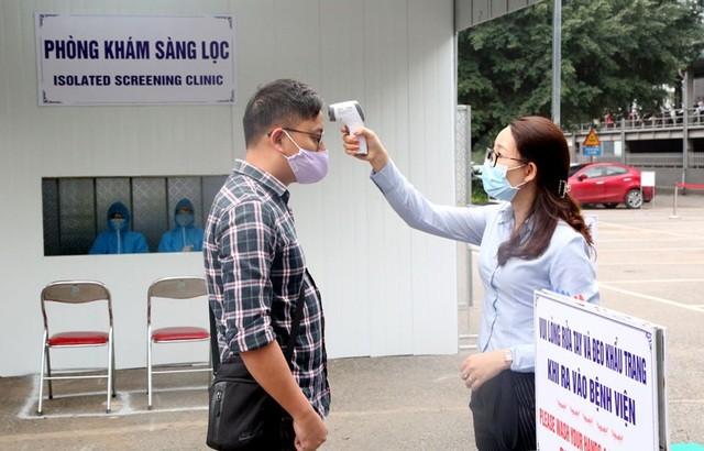 Đo thân nhiệt ở Bệnh viện Đa khoa tỉnh Phú Thọ (Ảnh: Phutho.gov.vn).
