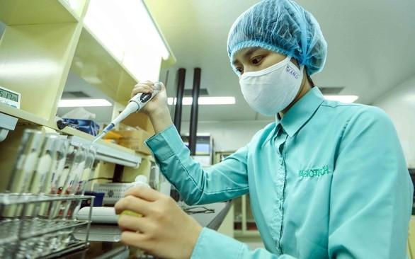 Nghiên cứu vắc xin gắn kháng nguyên virus Corona. Ảnh: Nguyễn Khánh.
