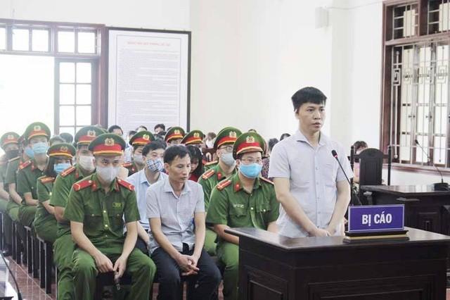 Bị cáo Đỗ Mạnh Tuấn, cựu Phó Hiệu trưởng trường Dân tộc nội trú huyện Lạc Thủy (Hòa Bình) khai báo trước tòa.
