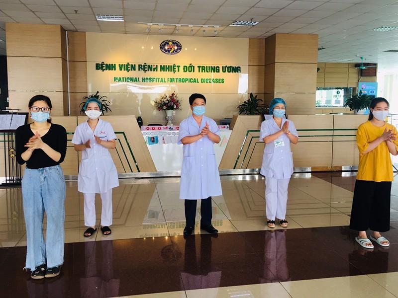 Các bệnh nhân COVID-19 được xuất viện ngày 18-5 tại BV Bệnh nhiệt đới trung ương.