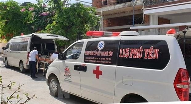 Hai xe cấp cứu 115 đưa nạn nhân đến Bệnh viên Đa khoa tỉnh Phú Yên. (Ảnh: Xuân Triệu/TTXVN)