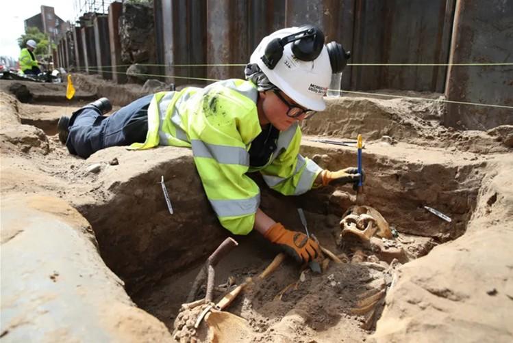 Nhà khoa học khai quật hài cốt vùi dưới lòng đất từ năm 1300-1650. Ảnh: Press Association.