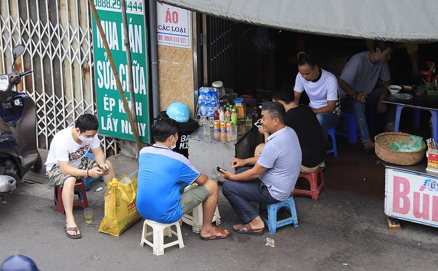 Một quán trà đá trên phố Hồng Hà (quận Hoàn Kiếm).