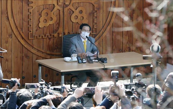 Người sáng lập giáo phái Tân Thiên Địa Lee Man-hee tại cuộc họp báo ở Gapyeong. Ảnh tư liệu: YONHAP