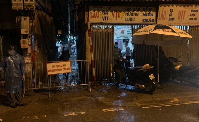 Cơ quan chức năng phong tỏa khu vực nhà bệnh nhân tại ngõ 5/4 phố Kiều Mai, Phúc Diễn (quận Bắc Từ Liêm) từ chiều 5-8.