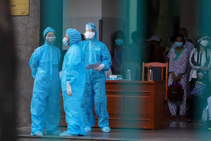 Nhân viên y tế chuẩn bị đưa các bệnh nhân và thân nhân ba bệnh viện Đà Nẵng đi cách ly tập trung, hôm 27/7. Ảnh: Nguyễn Đông