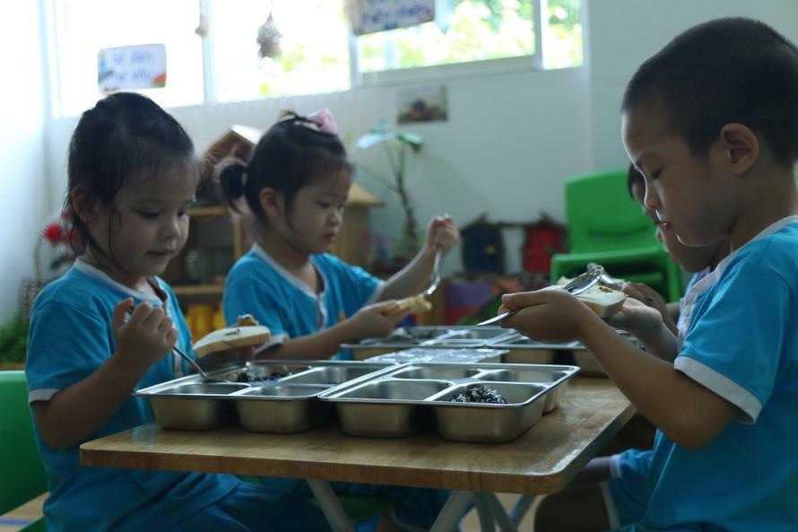 Các bé ở Mầm non Khai Trí hào hứng với bữa ăn xanh đầu tuần.