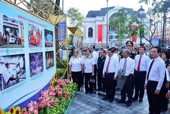 Các đại biểu tham quan triển lãm tại công viên Lam Sơn, quận 1. Ảnh: Báo Quân đội nhân dân