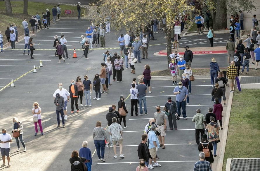 Cử tri xếp hàng đợi bỏ phiếu ở Austin, bang Texas, ngày 13/10. Ảnh: AP.