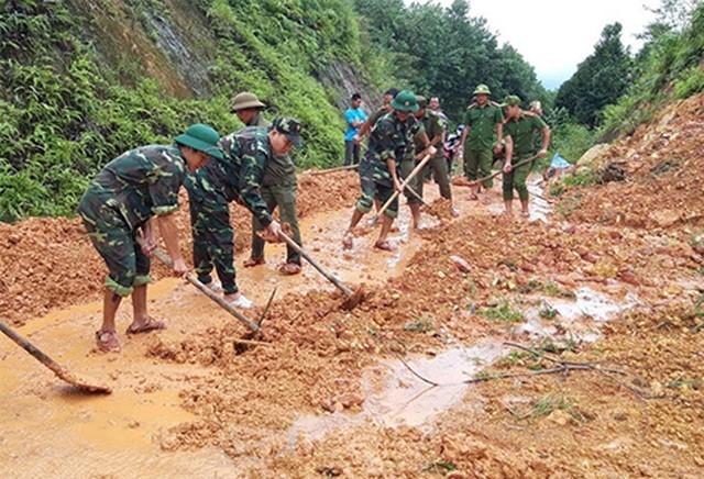 Sáng 17/10, ông Phan Thiên Định, Phó Chủ tịch UBND tỉnh Thừa Thiên Huế cho biết 2 hướng tiếp cận bằng đường thủy và đường bộ vào Rào Trăng 3 đang gặp khó khăn.
