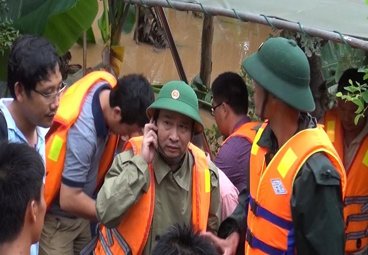 Thiếu tướng Nguyễn Văn Man luôn có mặt ở những nơi xung yếu (Ảnh: Anh trực tiếp chỉ huy ứng cứu, khắc phục lũ lụt tháng 10 năm 2016)