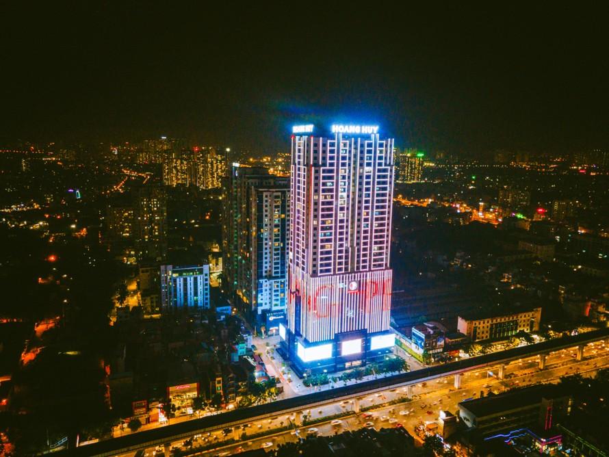 Tòa nhà Hoàng Huy - đường Nguyễn Trãi, Hà Nội bừng sáng với màu hồng - màu biểu tượng của hoạt động phòng chống ung thư vú