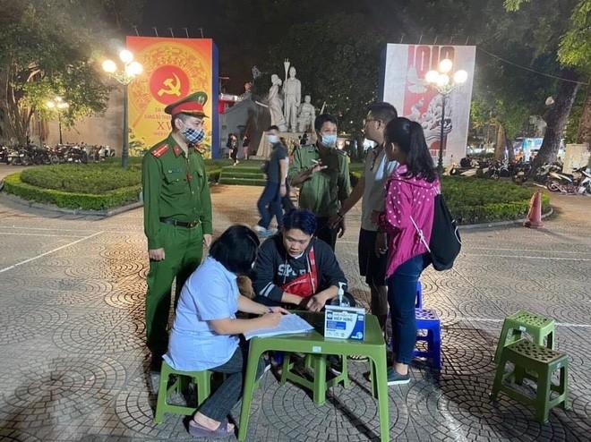 Quận Hoàn Kiếm sẽ xử lý nghiêm những trường hợp cố tình không đeo khẩu tranh khi vào phố cổ