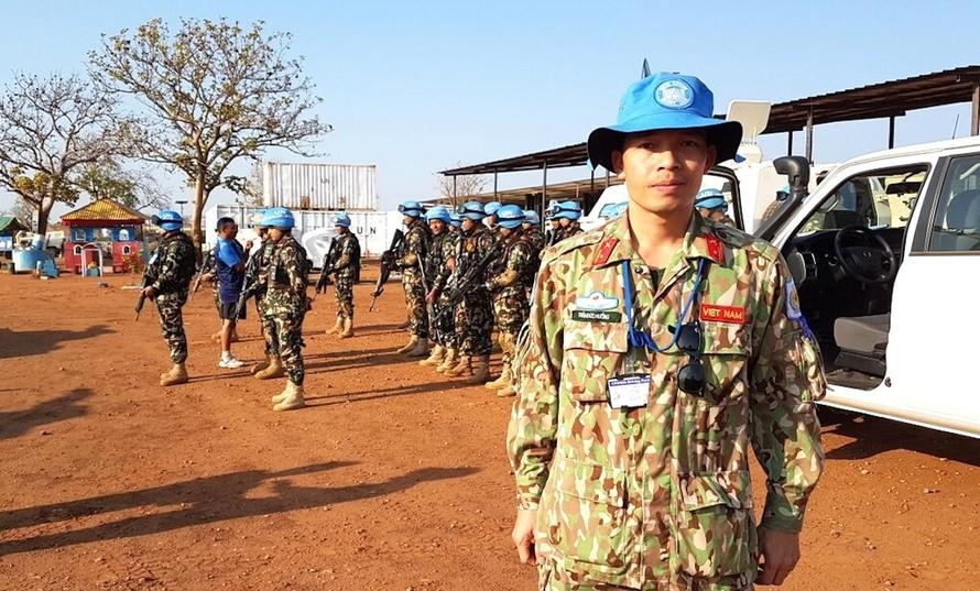 Trung tá Trần Đức Hưởng, Quan sát viên Quân sự, cùng Đại đội Phản ứng nhanh Nepal trước khi đi tuần tra dài ngày tại Nam Sudan (năm 2019). Ảnh: Hiếu Duy.