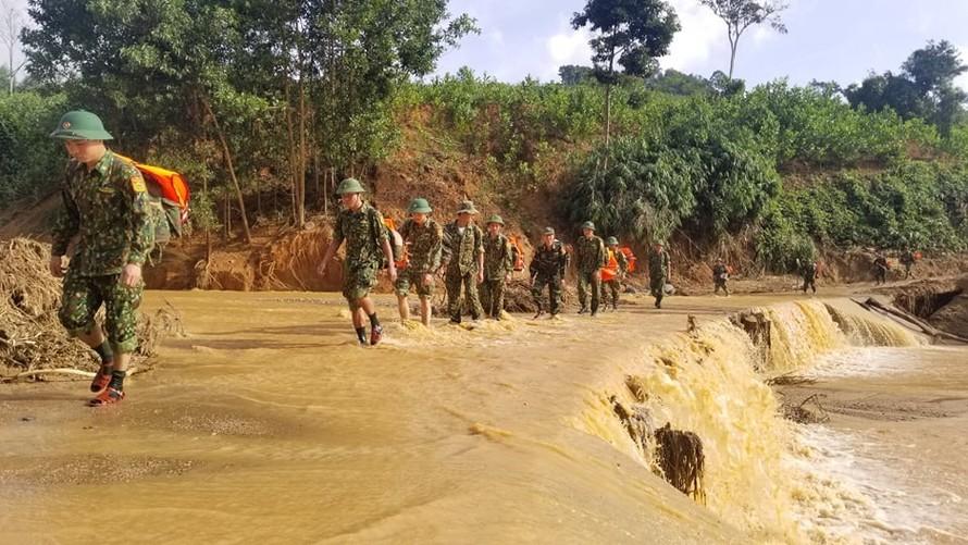 Lực lượng biên phòng cơ động vào hiện trường để tham gia công tác tìm kiếm người mất tích trong 2 vụ sạt lở ở xã Phước Lộc (Phước Sơn, Quảng Nam).