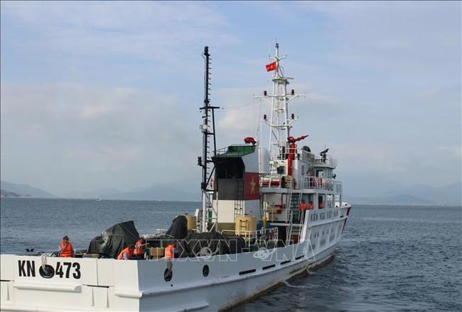Tàu KN 473 cập Cảng đưa 3 ngư dân của tàu cá BĐ 98658 TS - tàu cá tiếp cận với tàu gặp nạn BĐ 96388 tình nguyện ở lại biển hỗ trợ công tác tìm kiếm cứu nạn vào bờ.
