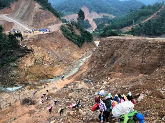 Tuyến đường dẫn vào địa bàn xã Hướng Sơn bị chia cắt vì sạt lở