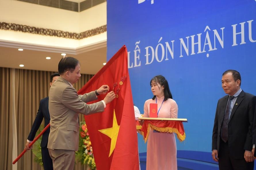 Thứ trưởng Bộ Ngoại giao Lê Hoài Trung trao Huân chương Lao động Hạng Nhất cho LH Các Hội UNESCO Việt Nam. (Ảnh: Hoàng Anh)