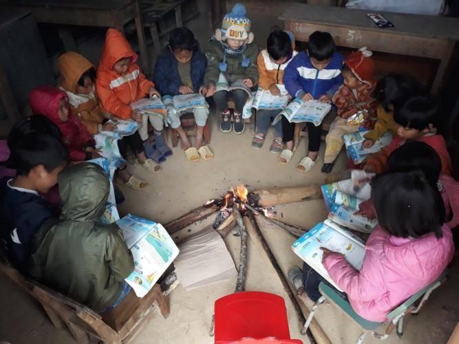 Học sinh Trường Tiểu học Dào San quây quần bên bếp lửa học bài. Ảnh: Ngọc Diệp