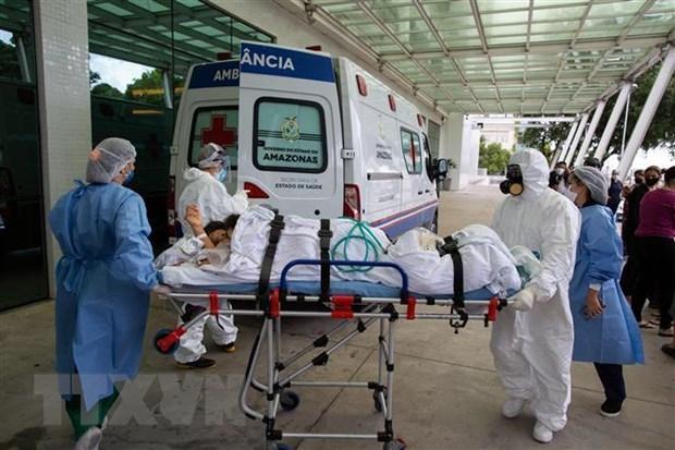 Nhân viên y tế chuyển bệnh nhân COVID-19 tới bệnh viện tại Manaus, bang Amazon, Brazil. (Ảnh: AFP/TTXVN)