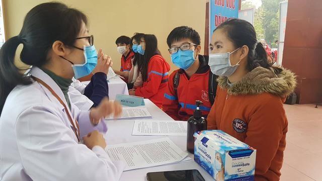 Nhiều người trẻ đến Đại học Y Hà Nội đăng ký nhận tư vấn quá trình tham gia tiêm thử nghiệm vaccine Covivac.