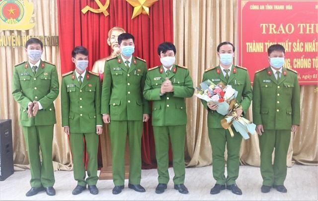 Đại tá Khương Duy Oanh- Phó Giám đốc, Thủ trưởng Cơ quan CSĐT Công an tỉnh Thanh Hóa trao thưởng cho lực lượng cán bộ, chiến sỹ công an huyện Hoằng Hóa.