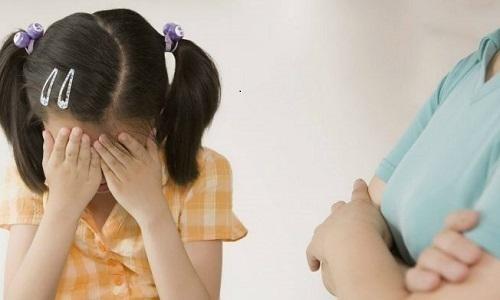 Một bé gái 6 tuổi bị mẹ bạo hành thâm tím mặt