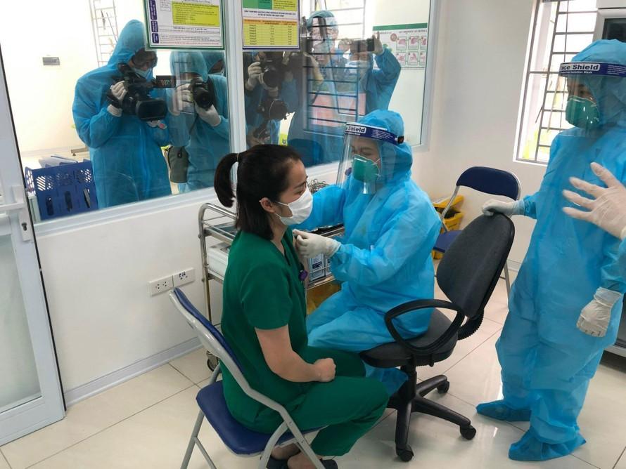 Nhân viên y tế tại Bệnh viện Bệnh nhiệt đới Trung ương tiêm vaccine COVID-19. Ảnh: VGP/Huy Lương