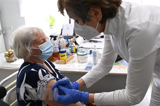 Nhân viên y tế tiêm vaccine phòng COVID-19 cho người dân tại Nagykata, Hungary, ngày 24/2/2021. (Ảnh: THX/TTXVN)
