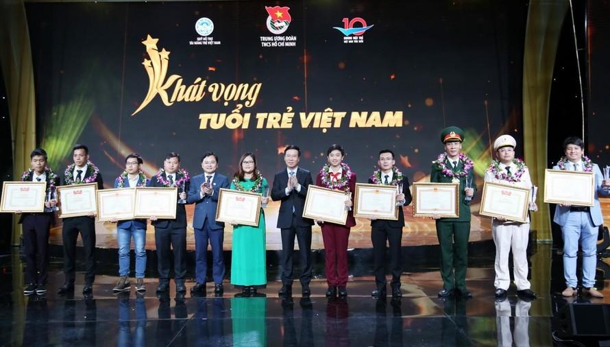 Thường trực Ban Bí thư Võ Văn Thưởng cùng bí thư thứ nhất Trung ương Đoàn Nguyễn Anh Tuấn trao tặng giải thưởng cho Gương mặt trẻ Việt Nam tiêu biểu.