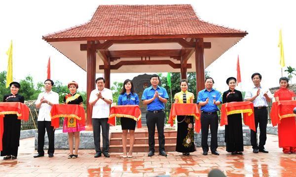 Các đồng chí lãnh đạo tỉnh và lãnh đạo Trung ương Đoàn cắt băng khánh thành Bia di tích Trung ương Đoàn TNCS Hồ Chí Minh