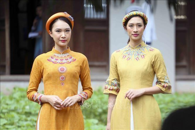 Các mẫu áo dài tại buổi họp báo. Ảnh TTXVN