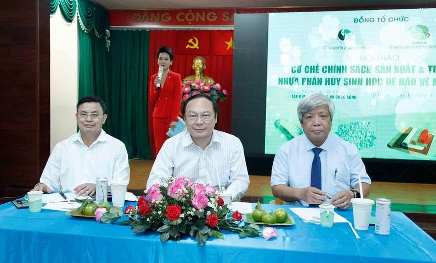 Thứ trưởng Bộ TN&MT Lê Công Thành (ngồi giữa), Chủ tịch Hội Nước sạch và Môi trường Việt Nam Nguyễn Linh Ngọc (bên phải), ông Hoàng Văn Thức – Phó Tổng cục trưởng Tổng cục Môi trường (bên trái) chủ trì Hội thảo