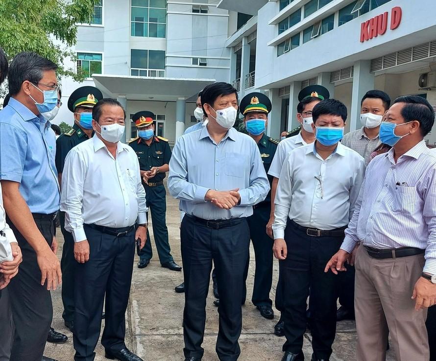 Bộ trưởng Bộ Y tế Nguyễn Thanh Long đến khảo sát và kiểm tra thực tế công tác phòng chống dịch COVID - 19 tại TP. Hà Tiên (Ảnh: Tiền phong)