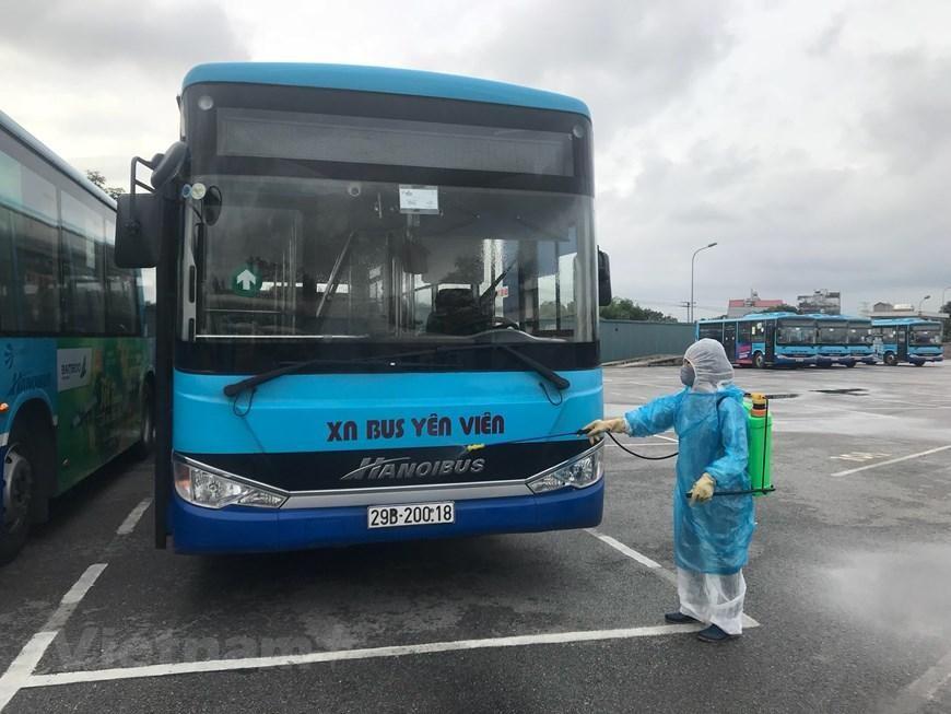 Hà Nội tiến hành phun khử khuẩn tất cả xe buýt để phòng dịch