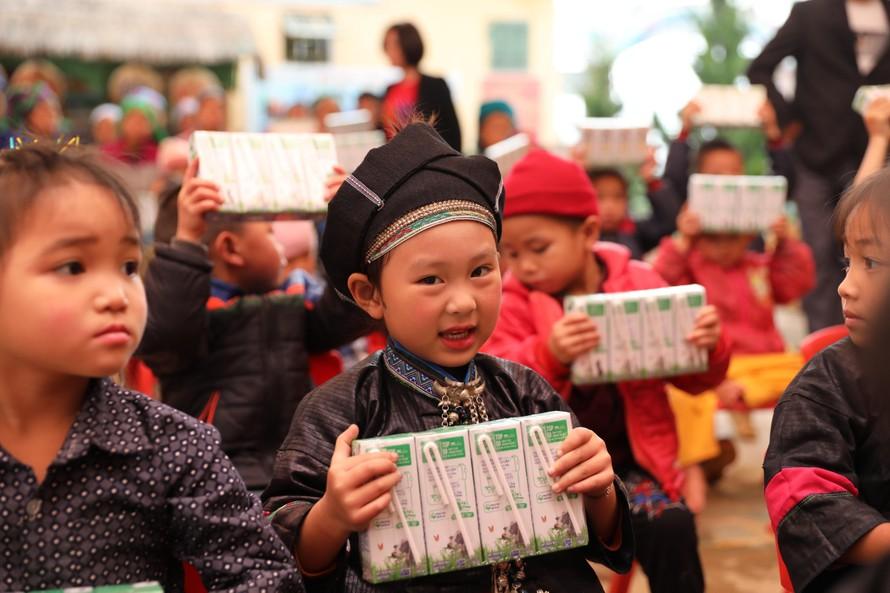 Trong 14 năm qua chương trình Quỹ sữa Vươn cao Việt Nam đã trao tặng sữa cho hơn 479 ngàn trẻ em có hoàn cảnh khó khăn trên cả nước