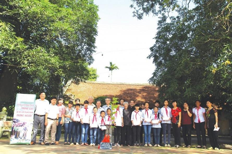 VIASEE từng tổ chức Chương trình trồng cây Bồ đề và trao quà cho các cháu học sinh nghèo học giỏi tại Chùa Nôm (tỉnh Hưng Yên).
