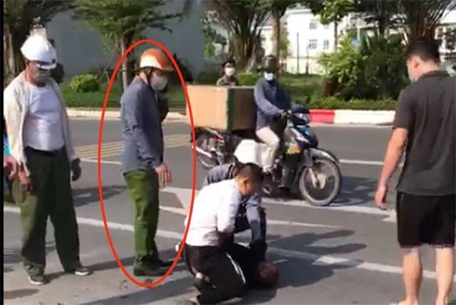 Sau cảnh cáo, Đại úy công an vô trách nhiệm đứng nhìn tài xế đánh cướp bị điều chuyển công tác